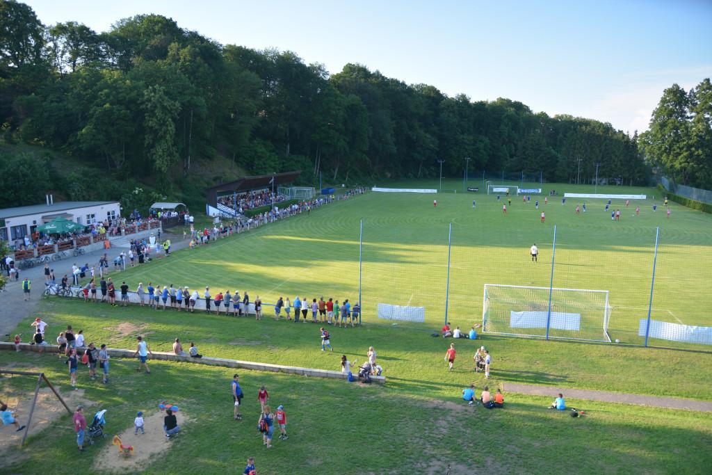 stadion od školy